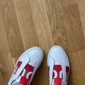 Säljer mina Hugo boss skor då de ej kommer till användning, de är använda några gånger och kommer i helt okej skick. Köpta för 1800 och säljer för 500