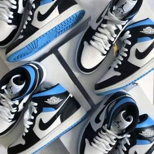 Säljer helt nya & oanvända Jordan 1 Mid University Blue i storlek 38, 39 & 42. Köpta från Footlocker, kvitto kan uppvisas! Fraktas spårbart & dubbelboxat på köparens bekostnad. Kan mötas upp i Helsingborg. Vid stort intresse blir det budgivning! BIN: 2200kr Kolla in @LocalJords på Instagram för fler limiterade Jordans!