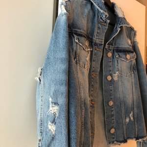 Snygg jeansjacka som tyvärr inte kommit till användning då den är lite liten💛den har en liten fläck på baksidan men smälter in väldigt bra och syns knappt❤️🧡