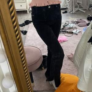slits jeans ifrpn zara! Säljes då dom är för stora, Storlek 38! Köparen står för frakt på 66 kr!