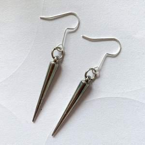 Handgjorda stud örhängen, nyskick, oanvända ❤️ 30kr inklusive frakt🌻
