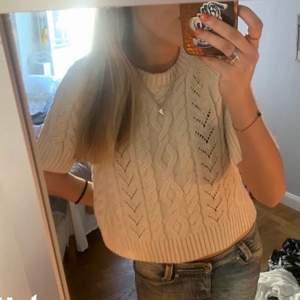 Jättefin stickad tröja från Zara, säljer då jag ibte får så mycket användning för den. Storlek XL, men passar mig som oftast har S.❣️❣️ Första bilden är lånad, den är alltså grå och inte beige!!!!