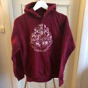 Söt röd Harry Potter-huvtröja köpt på Platform 9 3/4 i London 🤓 Använd fåtal gånger, storlek S men skulle säga att den är en XS ⚡️ Nypris ca 350 kr, lite trång att trä över huvudet men sen jättebekväm!
