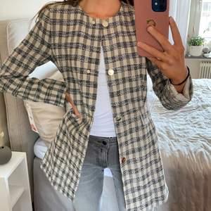 Helt ny kappa från ZARA. Aldrig använd och prislapp kvar. Säljer på grund av för liten storlek. Ordinariepris: 699 kr 🖤🤍