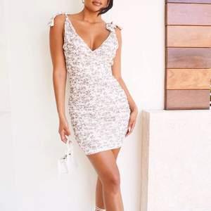 Snygg figurnära klänning i blommigt mönster