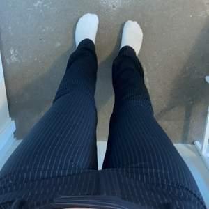 Kostymbyxor från massimodutti.com. Blåa randiga raka byxor. dom är väldigt för små För mig kan inte alls ha dom. Dom har låg midija. Det står att dom är storlek 38/28 men skulle säga att dom passar 34/36 och längd 160-170