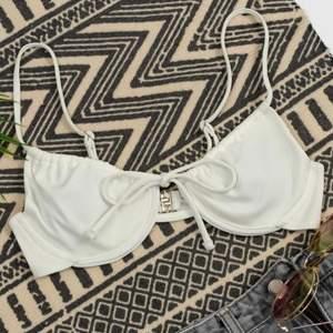 Fin bikini med bygel, säljes då den var för liten. Aldrig använd. Storlek M, För liten för mig med storlek 75D skulle säga att den passar dig med lite mindre bröst.