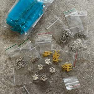 Fina och trendiga tillbehör för att göra smycken. Allt från kedja till berlocker till lås. Kedjan är 1m och det finns ca 40 lås. Köpt för 345kr, säljer för 130kr🥰