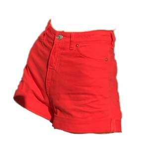 Knall-röda shorts från monki jag tyvärr vuxit ur! Bra skick och nice fickor
