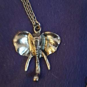 Elefant halsband köpt på secondhand! Fint skick