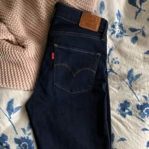 Mörkblå levisjeans i modell 721 high rise skinny. Knappt använda så är i fint skick🌿 Bara att skriva om man vill se hur de ser ut på🤍 Köpare står för frakt. Pris går att diskutera🥰