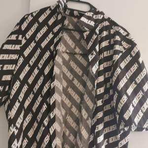 En jätte fin skjorta / t - shirt som ja nu säljer pga att den inte används. Storlek M men är stor i storlek.