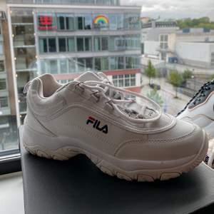 superfina skor och så sköna! Bra att ha i sommar😋 använda en eller två gånger och köpt för 1000kr, pris kan diskuteras, strl 40