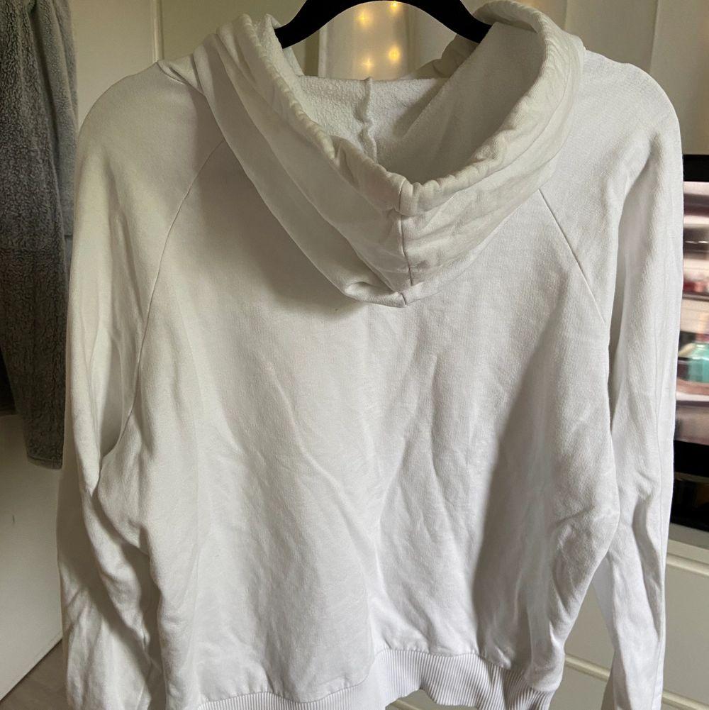 vit hoodie med luva, jättefin!!. Tröjor & Koftor.