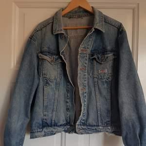 En vintage jeansjacka från gul och blå. Säljer för att den inte används av mig längre. I tåligt tyg så i bra skick, har några slitage vid muddarna och kragen, men inget som gör den i dåligt skick? Dm för frågor och bilder. Jag är en s på sista bilden. Om man vill att den ska sitta större på en så upp till en s-m? Men kommer passa i strl upp till en L vad jag uppskattar😊 Får plats med större tröjor under