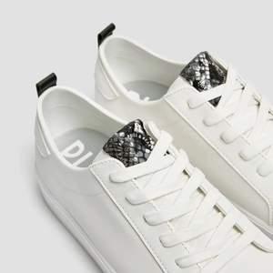 Ett par helt nya Sneakers från Pullandbear💓 Säljes pga för små! 🙌🏽Aldrig använda med prislapp kvar Storlek US 8, EU 39 Nypris 359kr 🙌🏽Mitt pris 150kr exklusive frakt