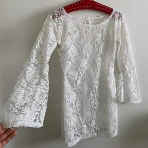 Drömmig klänning i spets köpt second hand. Ett hål på framsidan men fixas lätt för den kunniga