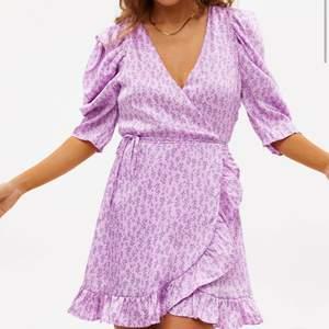 En supersnygg lila klänning från loavies i xs. Den har används ett fåtal gånger och är i ett jättebra skick🥰