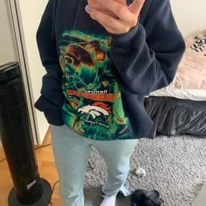 En fin blå vintage sweatshirt. Den är i storlek XL och sitter fint oversize på mig som brukar ha S-M. Vintage och köpt på en vintage butik i Göteborg för 500kr men säljer för 400kr. Märket på tröjan är Lee. Otroligt fint och unikt tryck. Köpare står för frakt💕