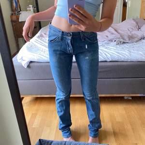 Lågmidjade jeans från Wrangler. Waist 30, men är stora i midjan på mig som brukar ha 27. Inte så stretchigt material. Långa på mig som är 172💕