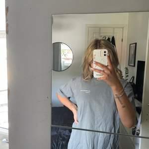 Grå oversized t-shirt med text. Snygg till ett par cykelbyxor. Jag är 159 cm och en XS i vanliga fall och på mig sitter den oversized😊💖