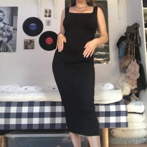 svart långklänning från ginatricot, så elegant. sitter ganska tajt men är i väldigt stretchigt och otroligt skönt tyg. passar xxs-s (storleken som står i lappen är xxs, men skulle snarare säga xs eller tajt s). knappt använd, köpt för 500kr.