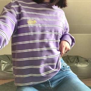 Lila College tröja i storlek S från Junkyard. Använd fåtal gånger, fint skick.