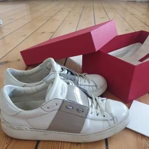 Säljer mina valentino rockstud skor i light grey. Välanvända men felfria och i fortsatt bra skick🥰 går såkert att rusta upp lite! strl 39 men passar även 40. Kvitto, box etc finns. Högsta bud; 3000!! Köpr direkt för 3500