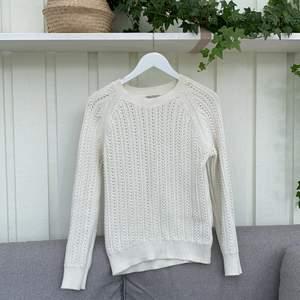 Vit stickad tröja i superfint skick. Storlek S men passar även M. Ev inköpt från lager157