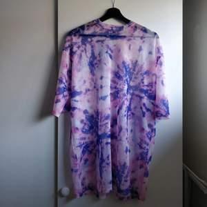 Transparant t-shirt klänning i batik mönster från Junkyard. Sparsamt använd. Går typ strax nedanför rumpan på mig som är 165.