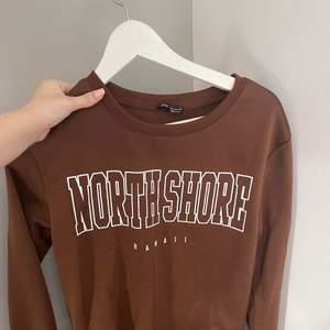 Helt oanvänd brun sweatshirt, fin brun färg men säljer då den inte kommer till användning. Fin i kvaliteten, tjockt tyg som de ska vara. Trycket sitter bra. Frakt tillkommer på 60kr💕💕 ge gärna bud då priset kan diskuteras