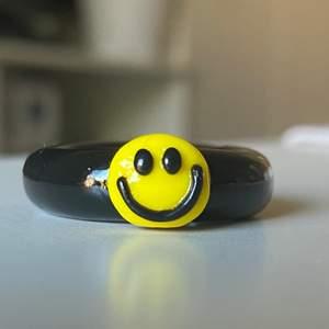 😌✌🏻Vår nya svarta smiley ring🖤😉