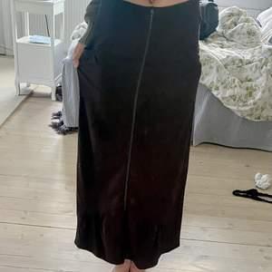 Brun lång kjol med fickor. Har tyvärr inte kommit till användning och visar inga tecken på användning