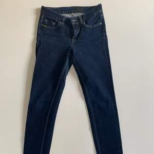 Jättefina tighta jeans i mörkblå tvätt. I modellen Slight. Säljer pga de är för små för mig. Nypris ca 1 700kr