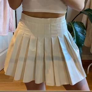"""Super fin """"tennis skirt"""" kjol i storlek XS/S🥰 sitter som en smeck men säljer för den inte kommer till användning❤️ endast använd 2 ggr :) vid många intresserade blir det budgivning💓"""