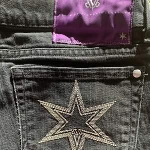 (Lånade bilder)Säljer mina lågmidjade Victoria Beckham jeans pågrund av att jag inte fått användning av dem. Skriv privat för fler bilder☺️