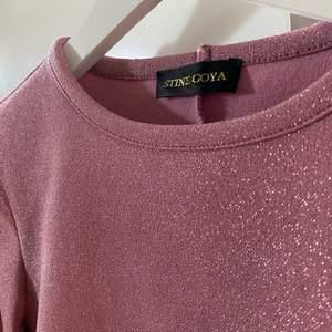 Säljer min rosa glittriga tröja från Stine Goya. Den är knappt använd och är som ny. Mycket bra kvalitet och är supersöt;)