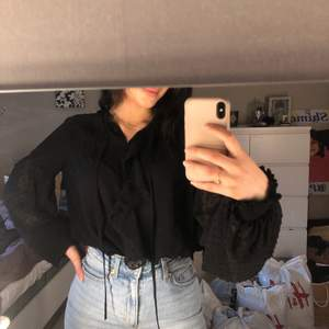 En svart blus, köpt från zara. Helt felfri.