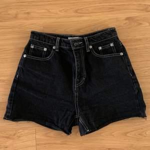 Svarta shorts med vita sömmar. Strl:34!                         Köparen står för fraktkostnaden😊