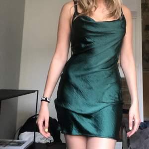 Super fin grön silkesklänning från Nasty Gal som aldrig kom till användning (prislapp kvar) använt endast för att ta bilder (klänningen är grönare i verklighet)