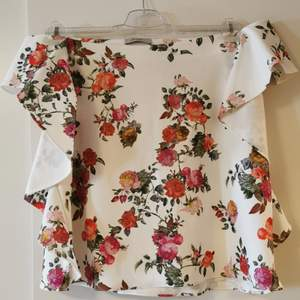 A beautiful and stretch summer top, perfect for showing off the shoulders 🤗 never used, bought in London. UK size 16, EU size 44