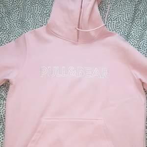 En rosa pull & bear hoodie från zalando, inte använd så mycket. Men tyvärr har fickan på magen börjat gå upp lite. Köpare står för frakt. Strl medium