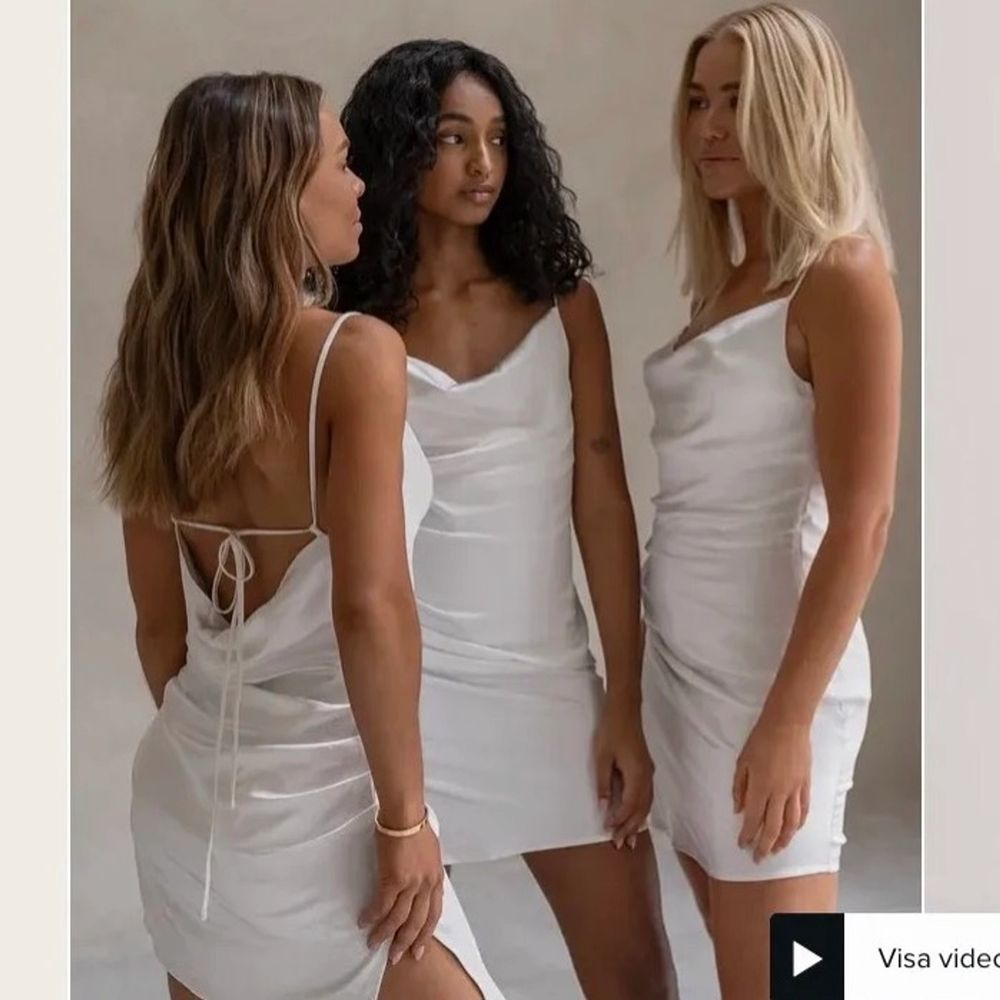Superfin klänning från Na-Kd som är helt slutsåld! Passar perfekt för student💞 Säljer då jag råka köpa fel storlek, endast testad med prislapp kvar. Bud från 399!. Klänningar.