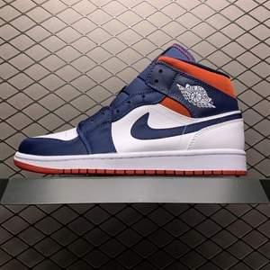 Jordan 1 USA mids. Går för ca 2500 nya! Säljer pga för stora. Använd några gånger men väldigt sparsamt använda & har inga slitningar eller fläckar. Skriv för mer information eller bilder på skorna. Original boxen följer såklart med!