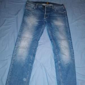 Ett par ljusblåa lee jeans! Passar fint till det mästa! . Budgivning eller diret köp av pris nedan! Swish tas