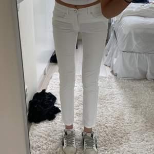 Lpgmidjade vintage armani jeans, står ej storlek eftersom lappen är borta men jag är 174 och har normalt 36 i jeans🤍🤍