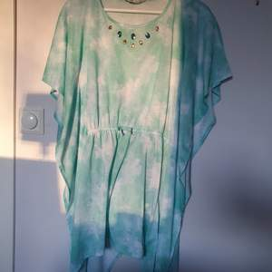 Säljer denna strandklänning i strl 170 men passar för den som har xs eller s. Köpt från HM och endast använd en eller två gånger.