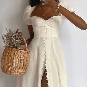 En perfekt klänning för en varm sommardag! Lite stor på mig så skulle säga att S skulle passar bättre. Storlek xs annars ✨ frakt tillkommer!