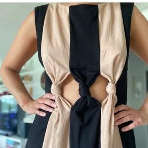 Klänning från Zara med cut outs mellan navel och bröst som är en så cool detalj om man gillar att visa magen.  Använd få gånger och i jättefint skick. FRAKT ÄR INKLUDERAT I PRISET ⚡️⚡️