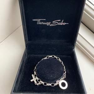 Säljer detta helt nya thomas sabo berlockarmbandet! Man får med armbandet, ett korsberlock som också är ifrån thomas sabo och smyckeskådan🥰 nypris är 750, vet tyvärr inte storleken på ambandet!